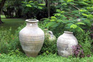 Глиняные вазы на участке